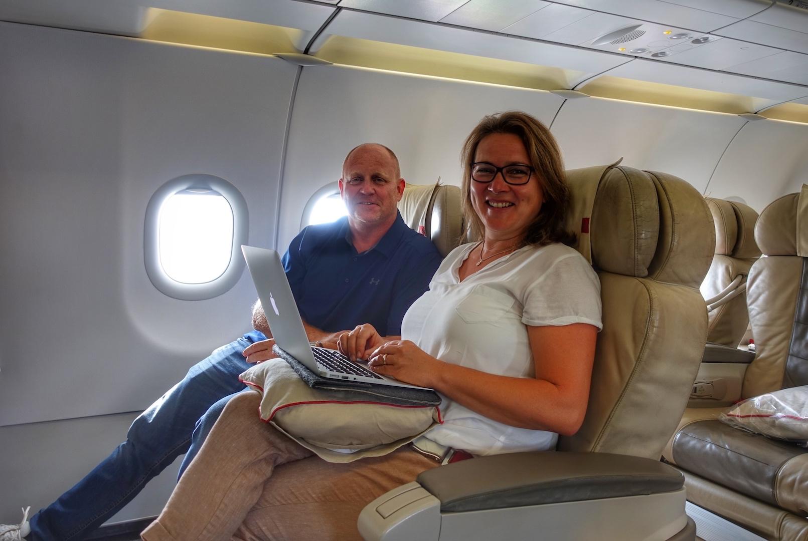 Kaum platz genommen, hat FrontRowSociety Mitherausgeberin Annett Conrad schon das AirBook aufgeklappt