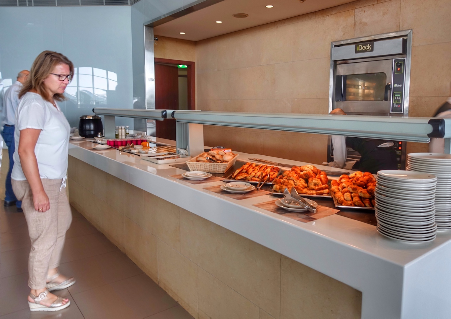 Der Loungebereich zu rechten offeriert eine Vielzahl an regionaltypischen Speisen