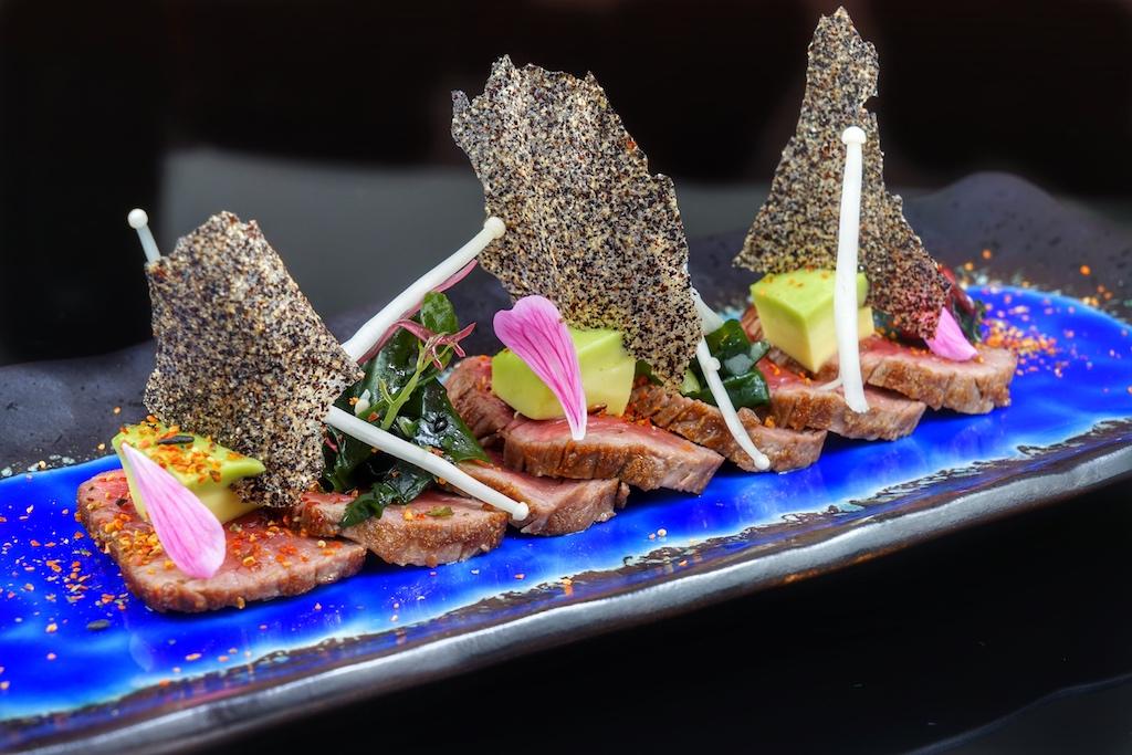 Das Tataki vom Wagyu-Beef ausChile schwimmt auf einem Meer aus Porzellan