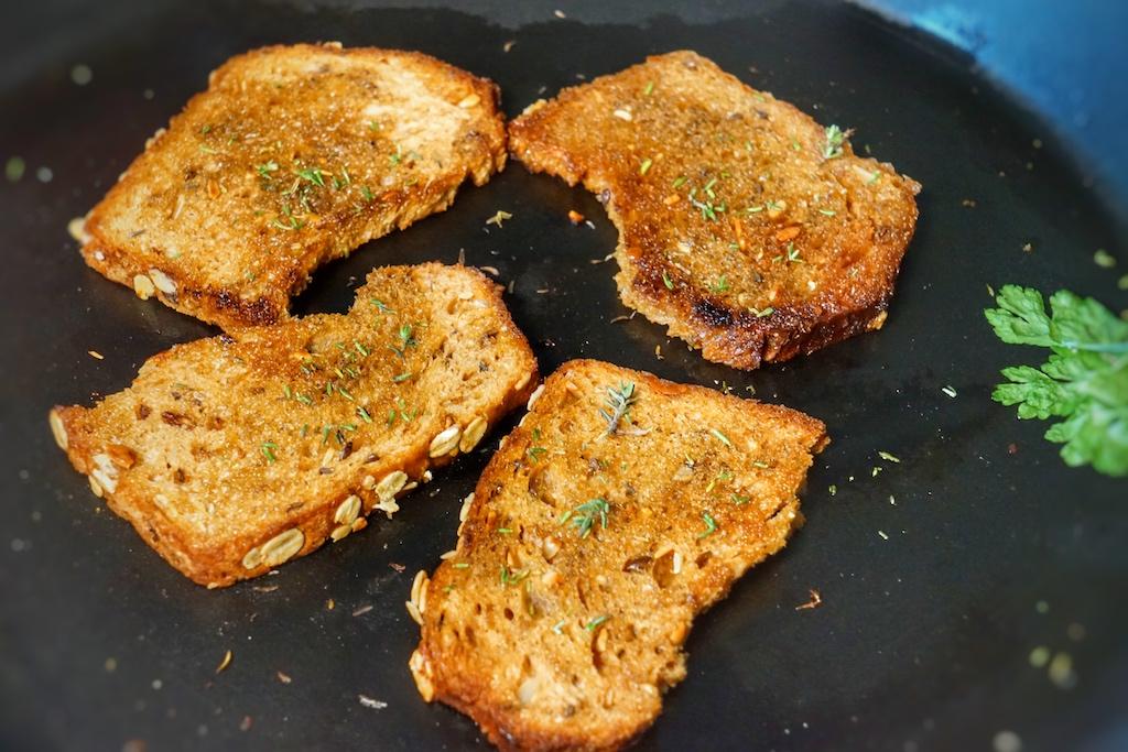 Das Tomatengewürz mitgutemOlivenöl aufgerührt und ab auf's Brot