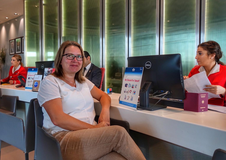 Premium Check-in: Wer in der Crown Class von Royal Jordanian reist, checktdirekt am Terminal 1, beim Premium Check-in ein. Keine Warteschlange, kein Händeln mit dem Gepäck. Mitherausgeberin Annett Conrad freut's