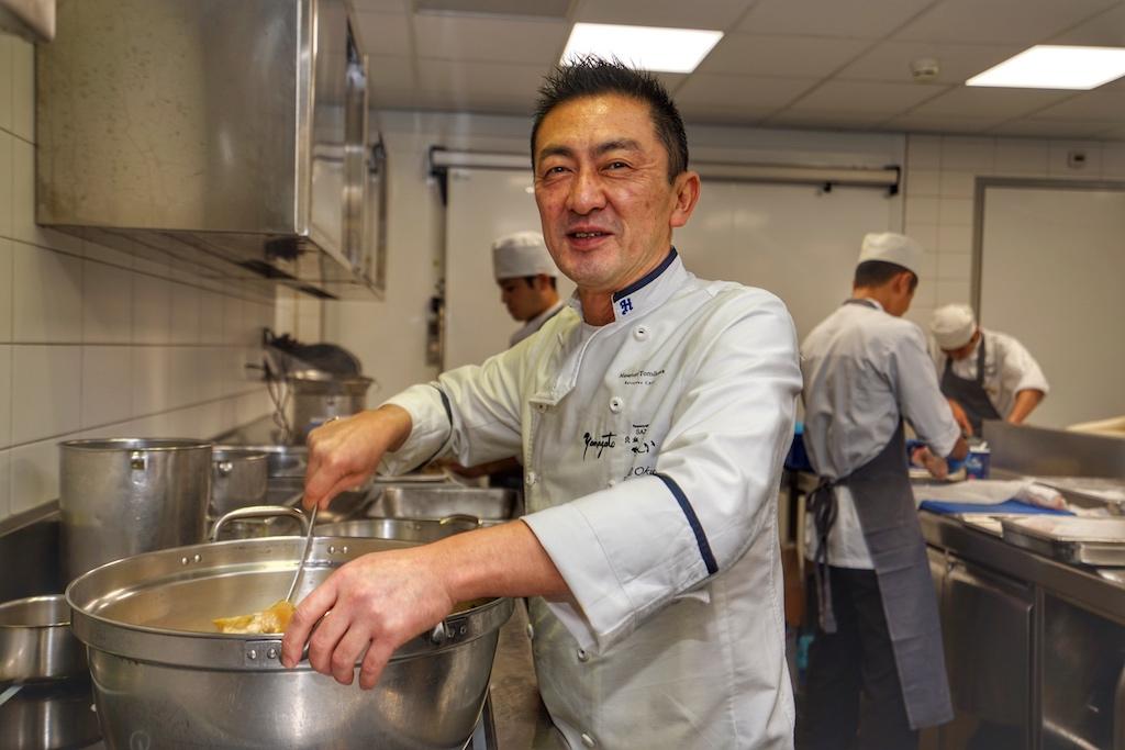 Executive Chef Masanori Tomikawa trägt die gastronomische Verantwortung für beide japanische Sterne-Restaurants des Okura Amsterdam, für die Kaseiki Küche des Yamazato sowie für das Teppanyaki Restaurant Sazanka