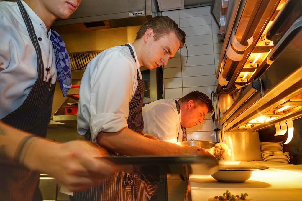 Das Team um Küchenchef Daniël Damen (mi.) ist hochaktiv und mit Freude bei der Arbeit
