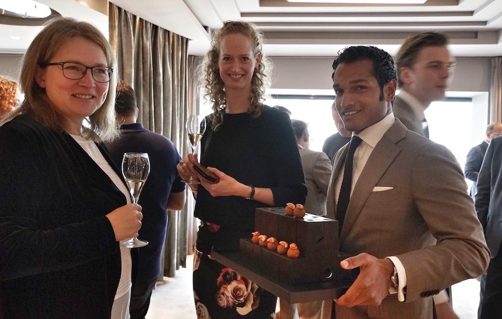 Hereinspaziert und genießen, vor dem Lunch schmeckte bereits der Champagner und das Amuse bouche FrontRowSociety Redakteurin Annett Conrad (li.) und Markezing Drirektori des Okura Amsterdam Saskia XXX (mi.)