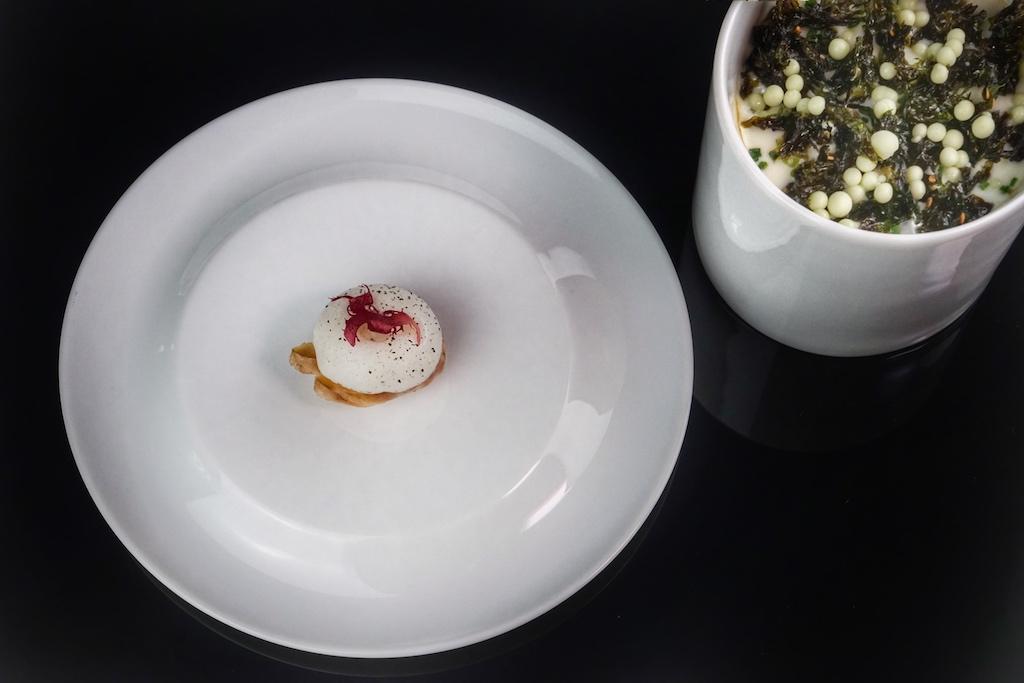 3 Sterne Koch Kevin Fehling ist bekannt für seinen asiatisch geprägten Küchenstil. Eine Kostprobe von Aal, Dashi, Reis und Wasabi gabs in Amsterdam