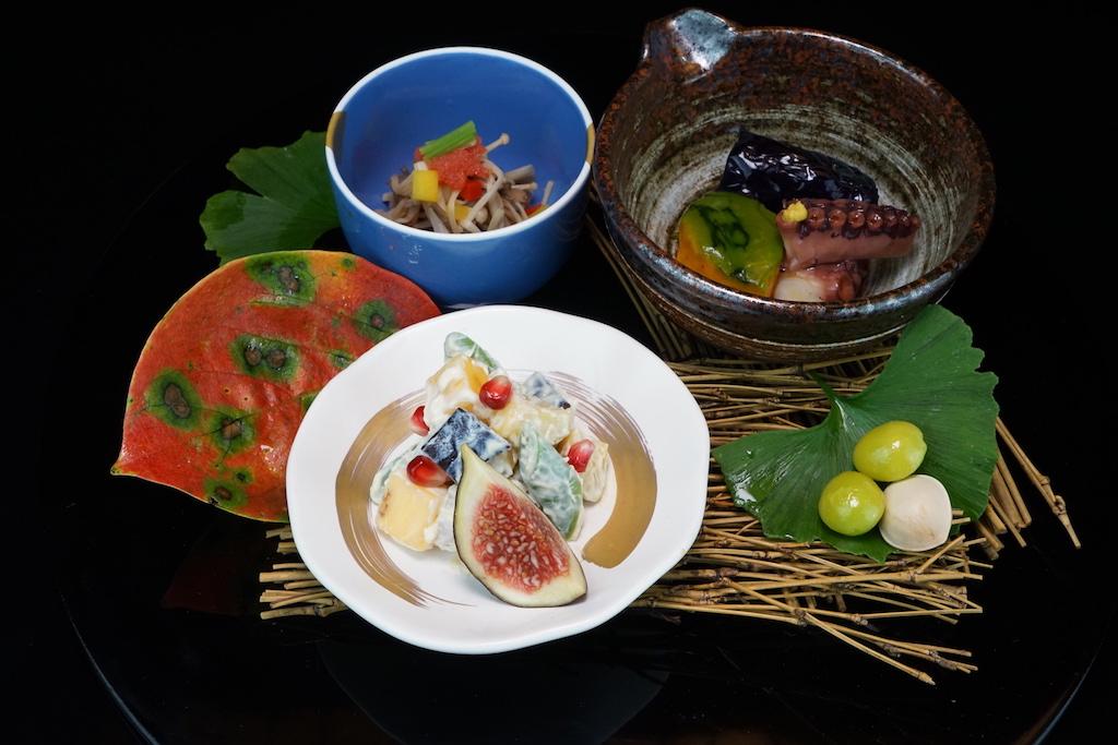 Großes Kino:Su-jimu - marinierte Goldbrasse mit einem Gelee aus Essig und Ponzu, Shira-ae - Tarokartoffeln und marinierte Kastanien mit einer Tofu-Sauce - Yawaraka-ni, gegrillte Aubergine mit langsam gekochten Oktopus