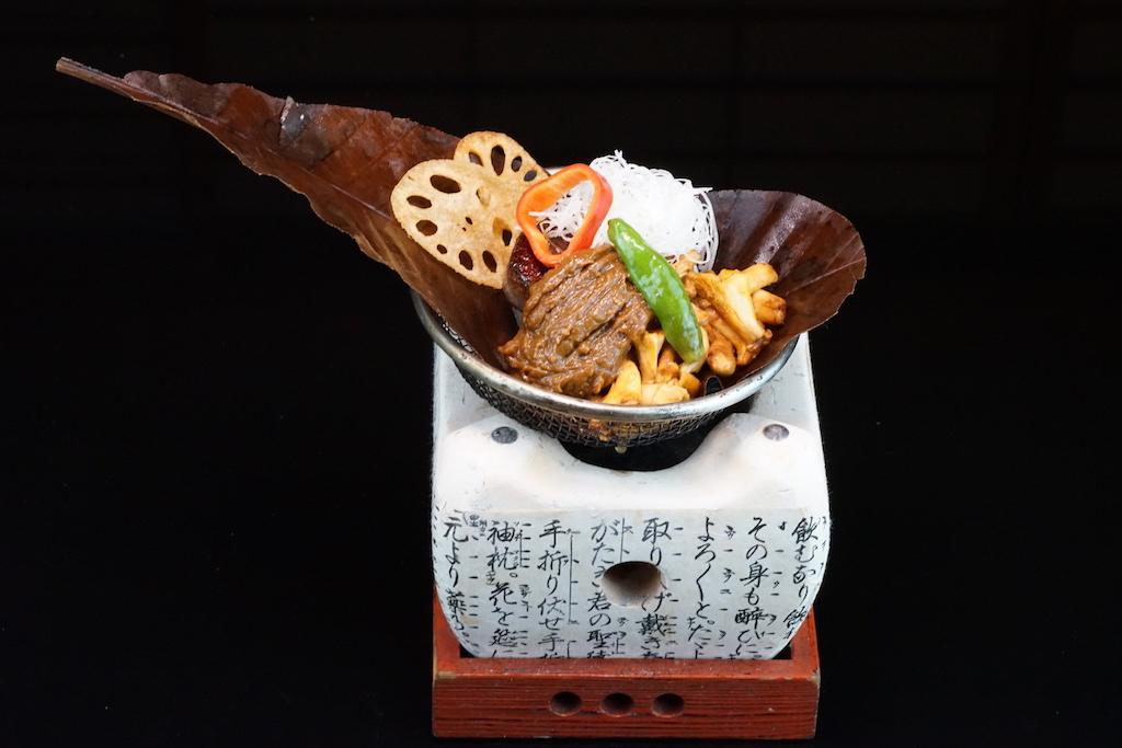 Shiizakana: Hoba-yaki gegrillte Filetspitzen auf einem Magnolienblatt