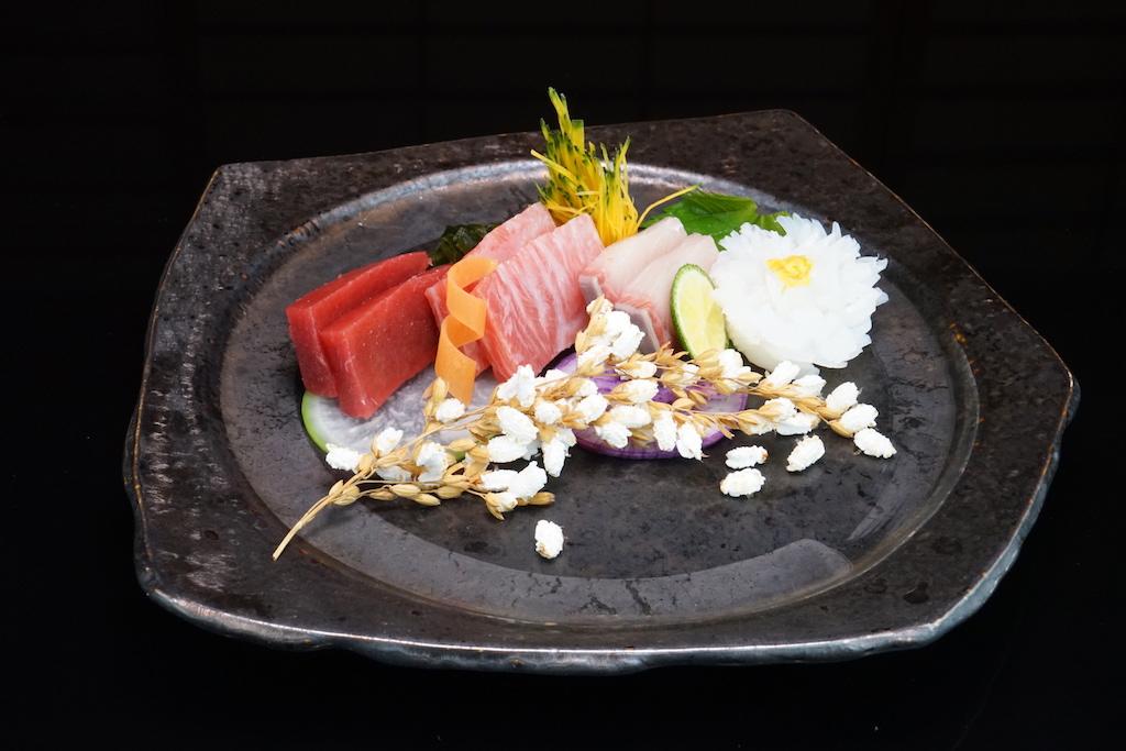 Tsukuri: Sashimi vom Thunfisch, hier verwendete Masanori Tomikawa den besonders fetthaltigen Bauch - Toro, Shashimi vom Kalmar, vom Lachs sowie von der Gelbflossenmakrele