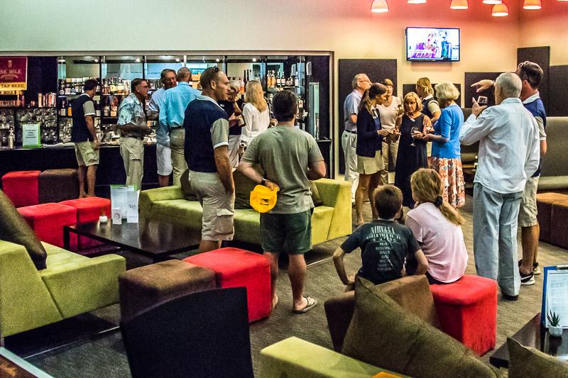Am Abend vor der Reise macht sich die Reisegesellschaft in der Bar des Hilton-Hotels miteinander bekannt / © FrontRowSociety.net, Foto: Georg Berg
