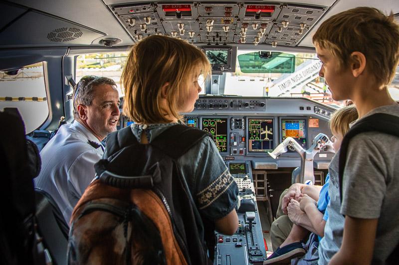 Schön wenn es vor der Einreise noch eine Besichtigung im Cockpit geben kann / © FrontRowSociety.net, Foto: Georg Berg