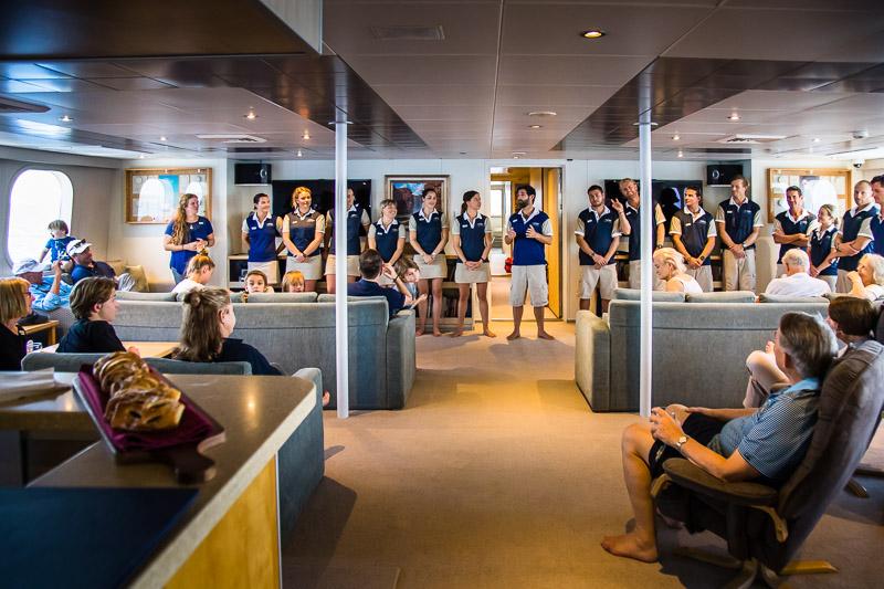 In der geräumigen Bar Launch begrüßt Captain Ben Bonnett die Gäste und stellt seine Mannschaft vor. Schnell fühlt man sich sehr willkommen / © FrontRowSociety.net, Foto: Georg Berg