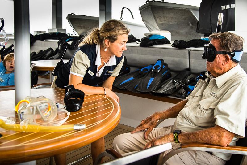 Nat hat an Bord viele Aufgaben. Hier prüft sie die ausgesuchte Taucherbrille auf den richtigen Sitz / © FrontRowSociety.net, Foto: Georg Berg
