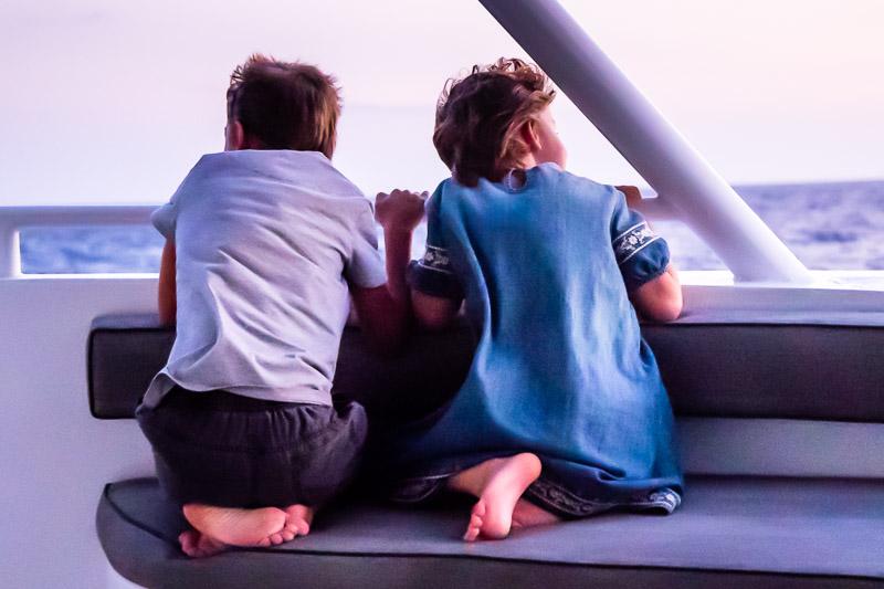 Auch die Kleinsten an Bord hängen beim abendlichen Blick zum Horizont ihren Träumen nach / © FrontRowSociety.net, Foto: Georg Berg