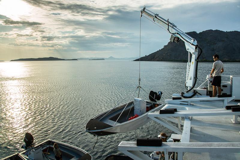 Früh am Morgen werden die Beiboote ins Wasser gelassen © FrontRowSociety.net, Foto: Georg Berg