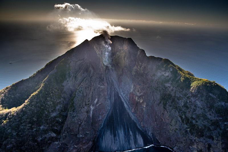 Sogar im Helikopter ist der Schwefelgeruch des aktiven Vulkans Batu Tara auf der Insel Komba wahrzunehmen / © FrontRowSociety.net, Foto: Georg Berg
