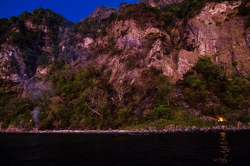 Der Batu Tara Vulkan auf der Insel Komba stößt regelmäßig Lavaschlacken aus, durch die in der Vegetation kleine Feuer entstehen / © FrontRowSociety.net, Foto: Georg Berg