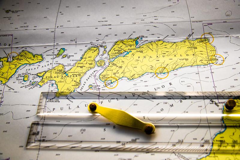 Seekarten aus Papier haben auf der True North nicht ausgedient, denn alle sicherheitsrelevanten Systeme sind mehrfach vorhanden. Der Kurs wird traditionell auch noch mit Bleistift und Lineal eingetragen / © FrontRowSociety.net, Foto: Georg Berg
