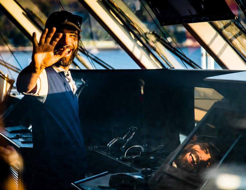 Jederzeit ansprechbar: Captain Ben Bonnett auf der Kommandobrücke der True North / © FrontRowSociety.net, Foto: Georg Berg