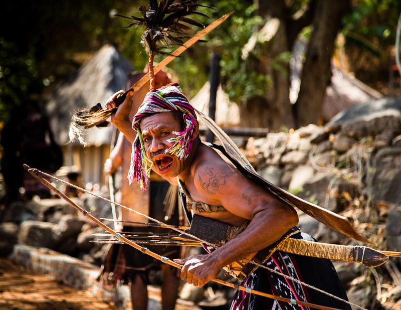 Auf dem Weg nach Takpala stellt sich ein Krieger quer / © FrontRowSociety.net, Foto: Georg Berg