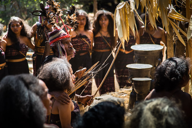 No Moko - No Marry. Ohne Bronzetrommeln kann das Brautpaar nie zusammenkommen / © FrontRowSociety.net, Foto: Georg Berg