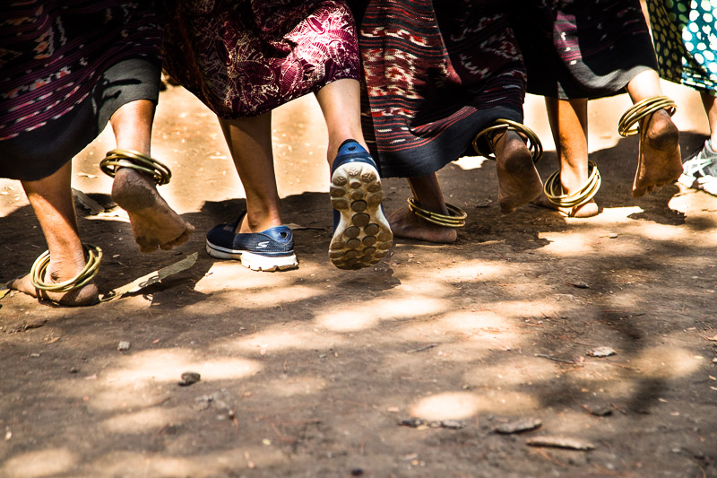 Mit den Fußringen geben die Einheimischen den Rhythmus vor und dadurch lernen die Gäste die richtige Schrittfolge / © FrontRowSociety.net, Foto: Georg Berg