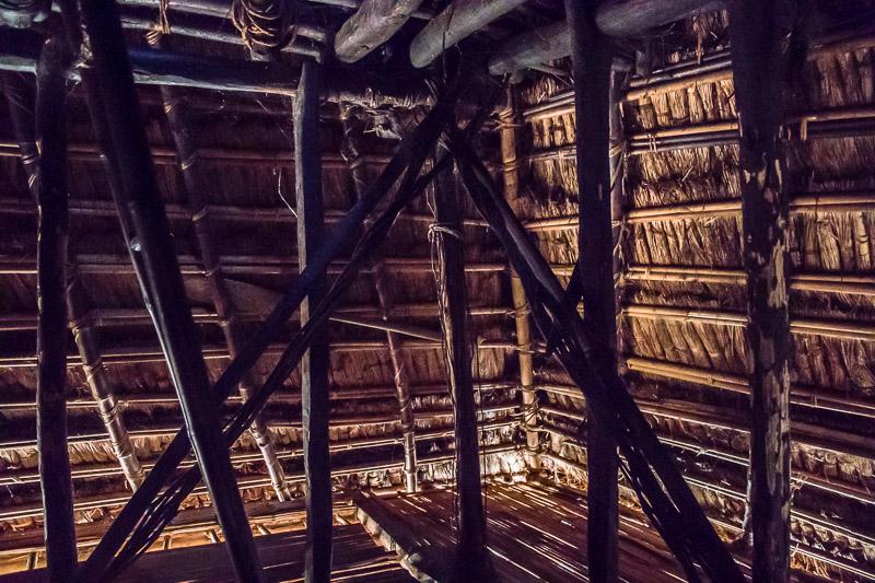 Im Inneren eines typischen Hauses auf Alor. Statt Treppen gibt es steile Leitern, die beiseite geräumt werden können / © FrontRowSociety.net, Foto: Georg Berg