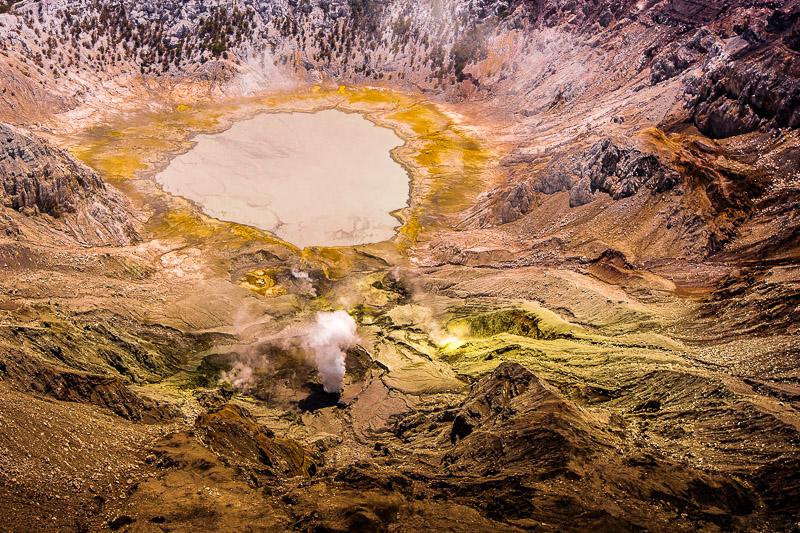 Über dem Gunung Sirung riecht es nach Schwefel und neben einem grauen Kratersee stößt der Vulkan regelmäßig Dampffontänen aus / © FrontRowSociety.net, Foto: Georg Berg