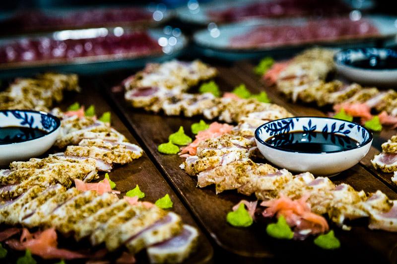 Sashimi vom Hundszahn-Thunfisch mit Sojasoße, Wasabi und Gari / © FrontRowSociety.net, Foto: Georg Berg
