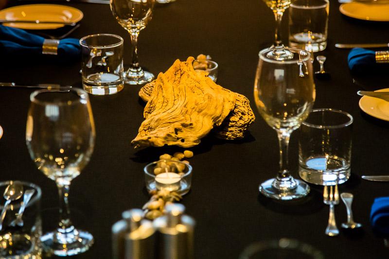 Täglich finden sich während der Mahlzeiten an den drei großen Tischen neue Gesellschaften zum Plausch zusammen. Die Kleiderordnung am Abend ist smart casual und tagsüber von den anstehenden Aktivitäten geprägt / © FrontRowSociety.net, Foto: Georg Berg