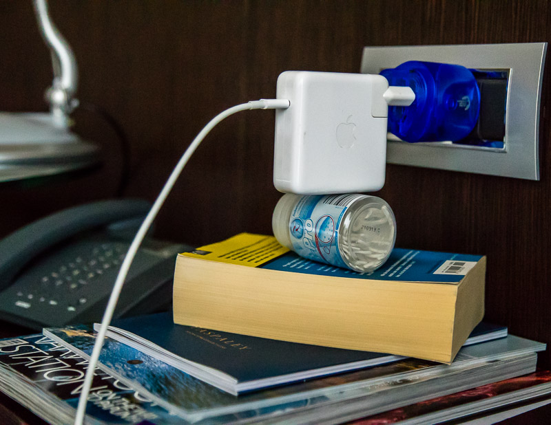 Abenteurliche Konstruktionen sind manchmal nötig, weil die australischen Steckdosen vom Typ I das Gewicht von schweren Adaptern nicht halten können / © FrontRowSociety.net, Foto: Georg Berg