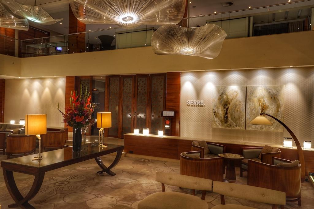 Die Lobby des Okura Amsterdam fungiert als Mittelpunkt. minimalistisches, jedoch elegantes Interieur lässt diesen Treffpunkt einladend und stilvoll wirken