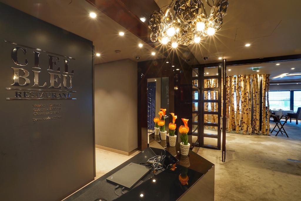 Angekommen in der 23. Etage des 5 Sterne Hotels Okura Amsterdam empfängt das Fine Dining Restaurant Ciel Bleu Gäste in einem edlen Ambiente