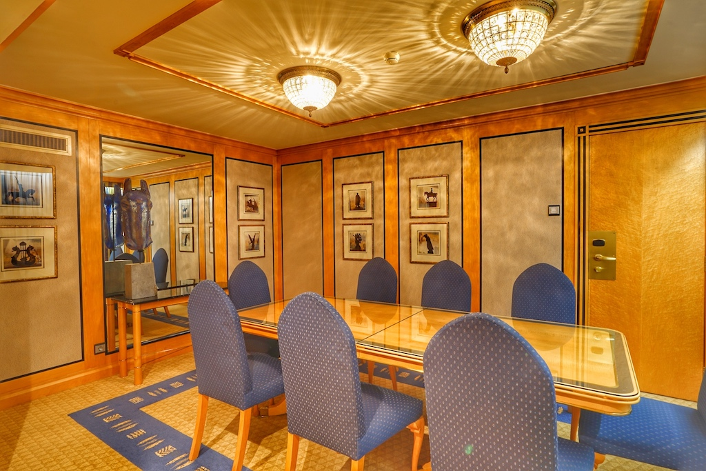 Die Präsidenten-Suite wartet mit einem großzügigen Konferenzraum auf / © Redaktion FrontRowSociety.net