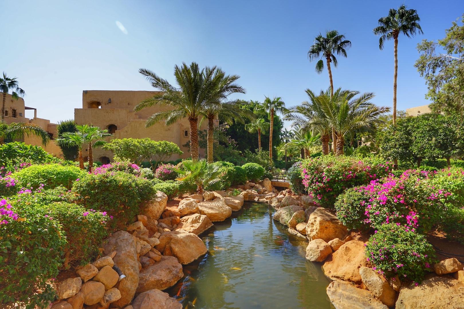 Bis zum Ufer des Toten Meeres liegt dem Palast ein üppiger Garten zu Füßen