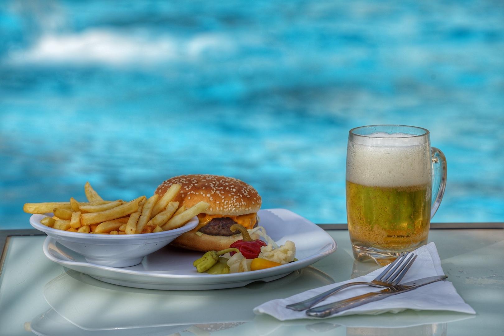 Die Auswahl an Speisen umfasst unter anderem Burger mit lokalem Bier ... / © Redaktion FrontRowSociety.net
