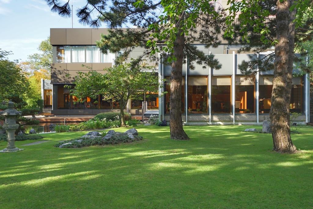 Bodentiefe Fenster lassen einen Blick auf den japanischen Garten zu