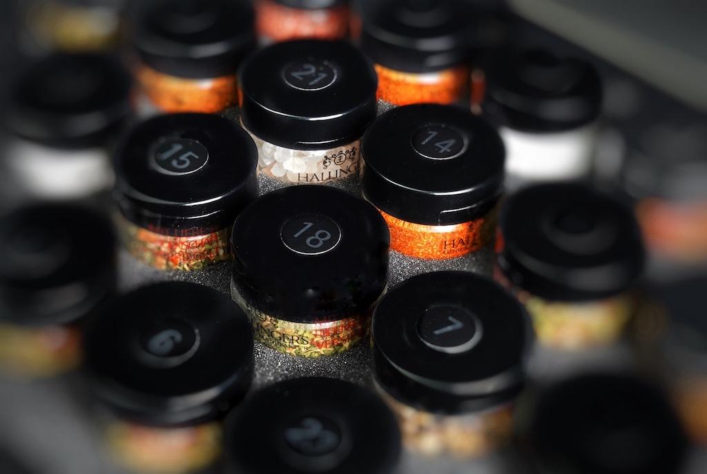 BBQ DELUXE 24 - Männersache; 24 Glasfläschen mit den feinsten Gewürzen aus aller Welt befinden sich in einer Box