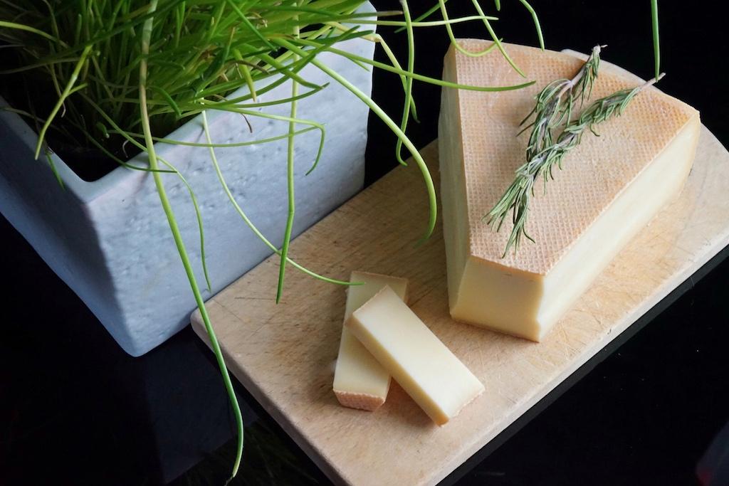 Top geeignet und ein Muss für Paznauner Almkäsespätzle - der gute Käse aus der Hofkäserei Huber aus Galtür...