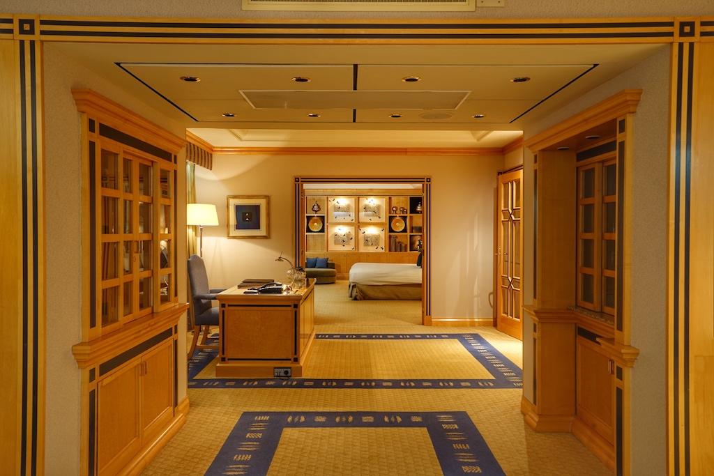 Des Weiteren besticht die Präsidenten-Suite mit einer raumgebenden Architektur