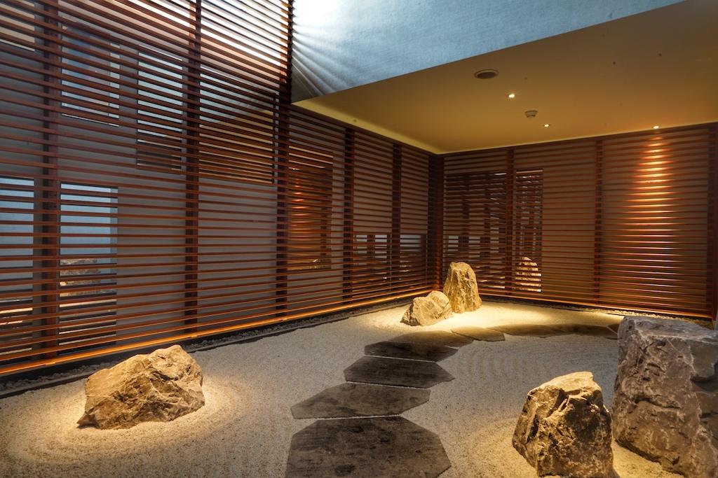 Auf dem Weg zum Entspannungsbereich durchquerst man den japanischen Steingarten