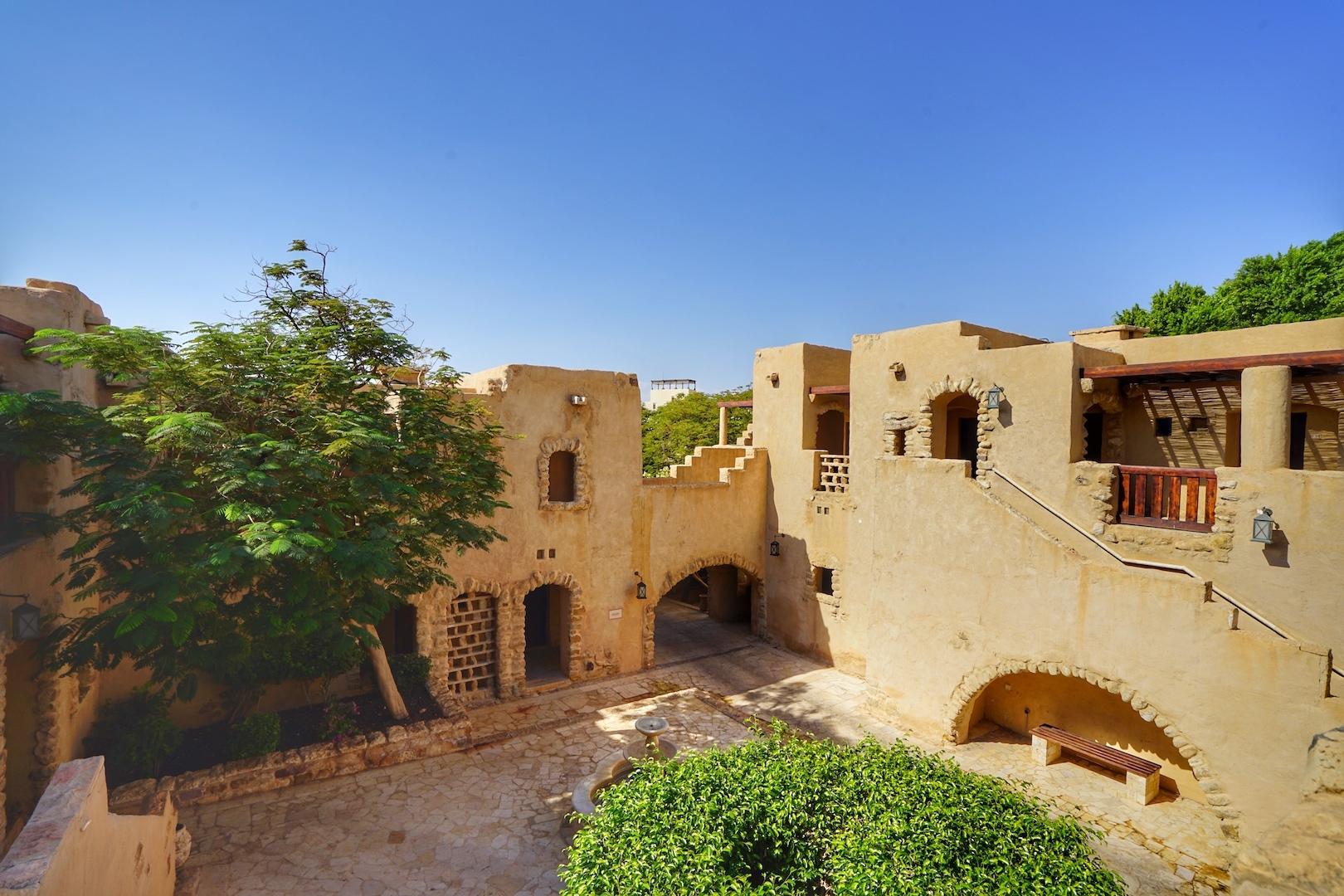 Das weitläufige Gelände des Mövenpick Resort & Spa Dead Sea lädt zum Rundgang ein