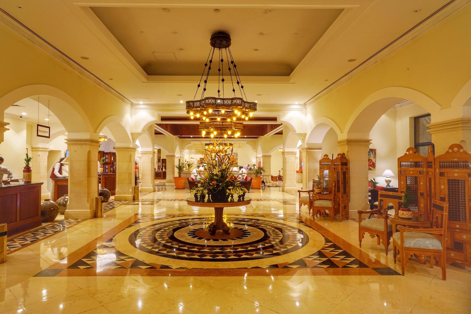 Eine besondere Atmosphäre herrscht in der Lobby des Mövenpick Resort &Spa Dead Sea