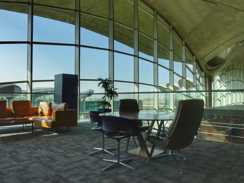 Auch für kleinere Meetings ist hier in der Royal Jordanain Crown Class Lounge genügend Platz vorhanden