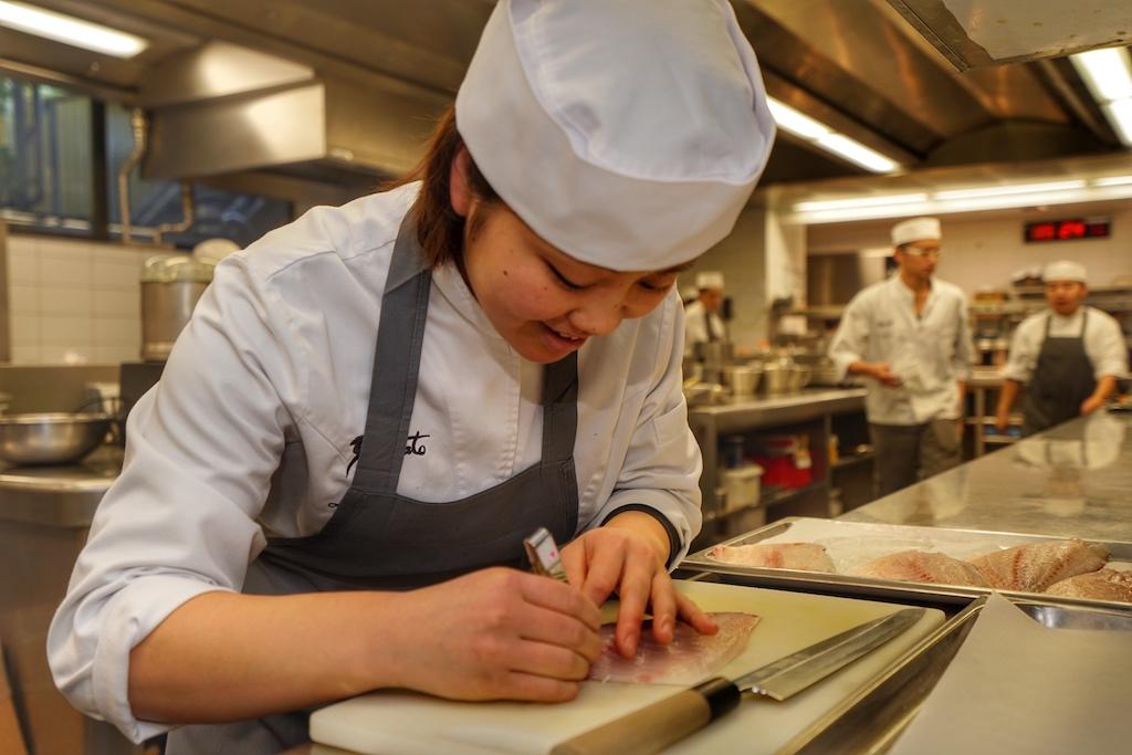 Ob für saisonale Gerichte oder die tägliche Speisekarte, Sorgfalt ist eine der oberen Prämissen in der Küchen. Hier werden die Gräten mit der Pinzette aus dem Fischfilet gezupft / © Redaktion FrontRowSociety.net