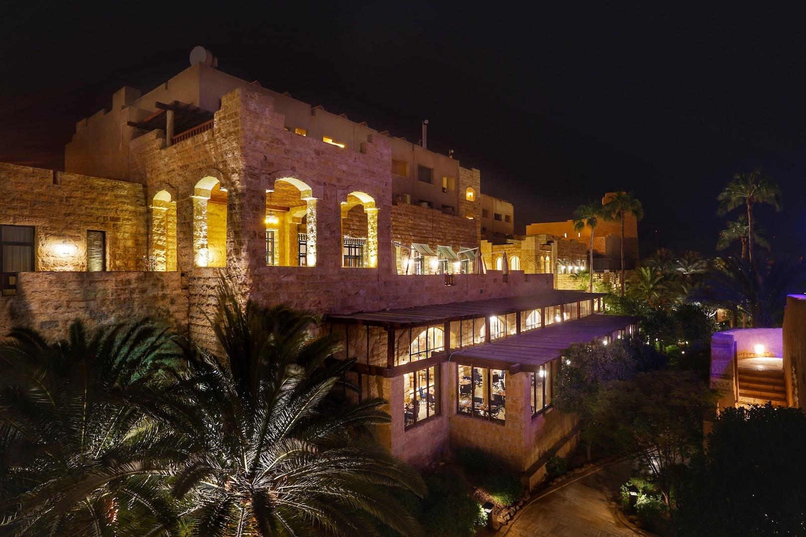 Der Blick bei Nacht von außen auf das Haupthaus des 5 Sterne Mövenpick ResortsDer Blick bei Nacht von außen auf das Haupthaus des 5 Sterne Mövenpick Resorts