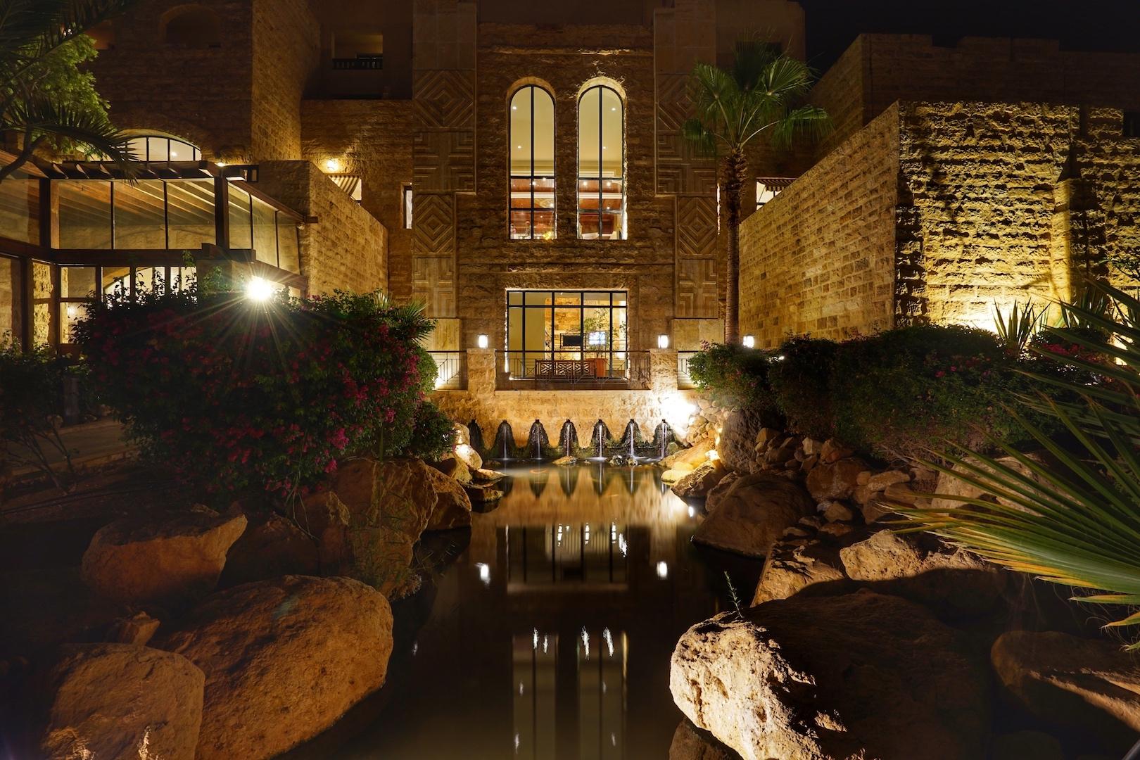 """Anmutige Schönheit, der """"Wüstenpalast"""" des 5 Sterne Mövenpick Resort & Spa Dead Sea bei Nacht"""