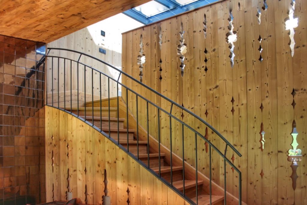 Ein weiterer Blickfang istalleine schon die beeindruckende Holztreppe zum Aufgang