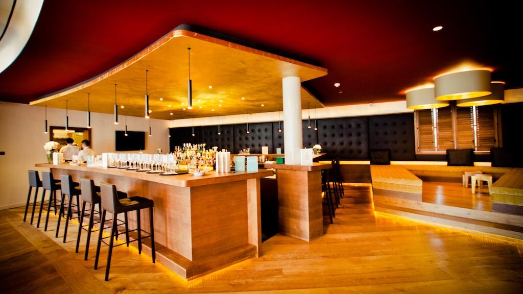 In der Lobby des KitzbühelCountry Clubs erwartet einem auch eine stilvolle Cocktailbar-Lounge