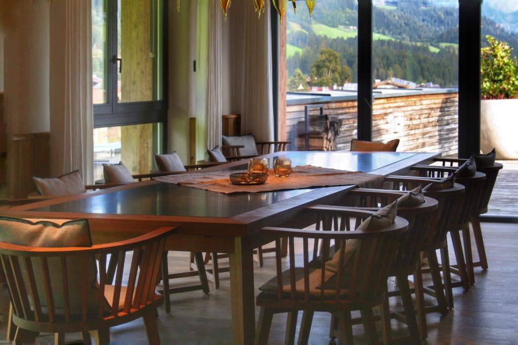 Ein besonderer Service, den man nur in der Kitzbühel Lodge genießenkann: Freunde/Familie zum Essen laden und sich mit einem Private Cookverwöhnenlassen