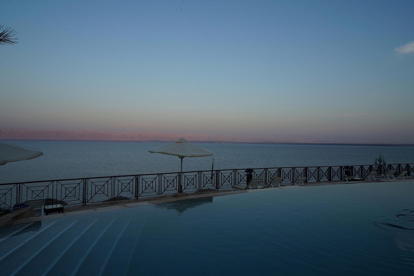 Frühaufstehen genießen es, ihre Bahnen im Pool der Adult-Area während des Sonnenaufgangs zu ziehen / © Redaktion FrontRowSociety.net